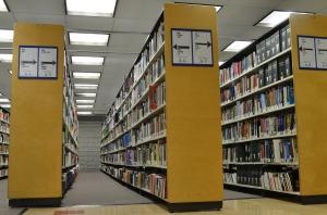 En una biblioteca, hay que esforzarse por adquirir conocimientos.