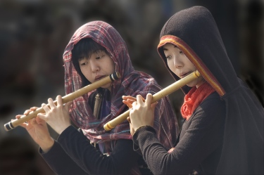 women_play_instrument